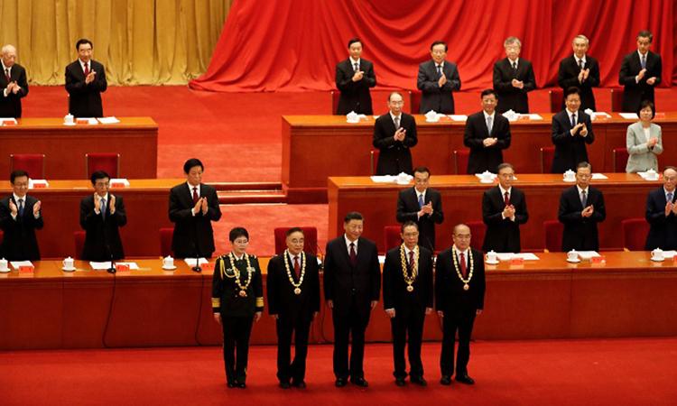 Ông Tập (giữa) trao Huân chương Cộng hòa cho những người góp công chống Covid-19 tại Đại lễ đường Nhân dân, Bắc Kinh hôm nay. Ảnh: China Daily.