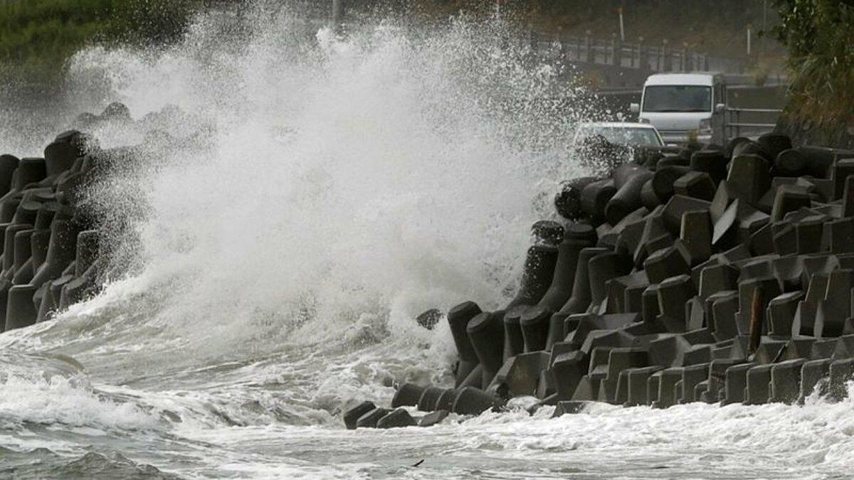 Sóng đánh vào bờ biển tỉnh Kagoshima, tây nam Nhật Bản, do bão Haishen hôm 6/9. Ảnh: Reuters.