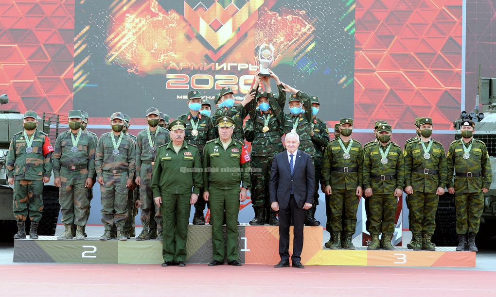 Đội tuyển xe tăng Việt Nam nâng cúp vô địch Bảng 2 Tank Biathlon. Ảnh: QĐND.