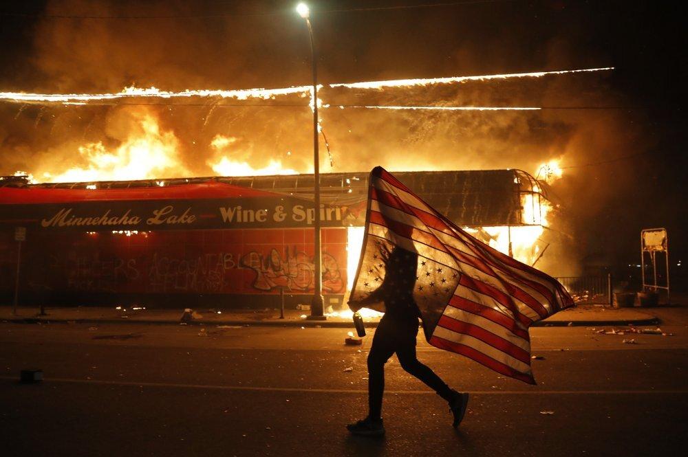 Người biểu tình đốt đồn cảnh sát Phân khu Ba ở Minneapolis, bang Minnesota, tối 28/5, sau cái chết của George Floyd. Ảnh: AP.