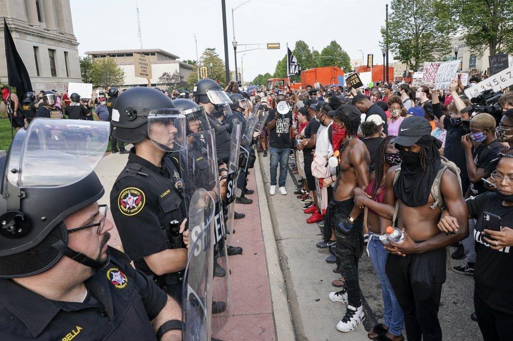 Người biểu tình phản đối phân biệt chủng tộc đối đầu cảnh sát tại thành phố Kenosha, bang Wisconsin, sau vụ Jacob Blake bị bắn hôm 23/8. Ảnh: AP.