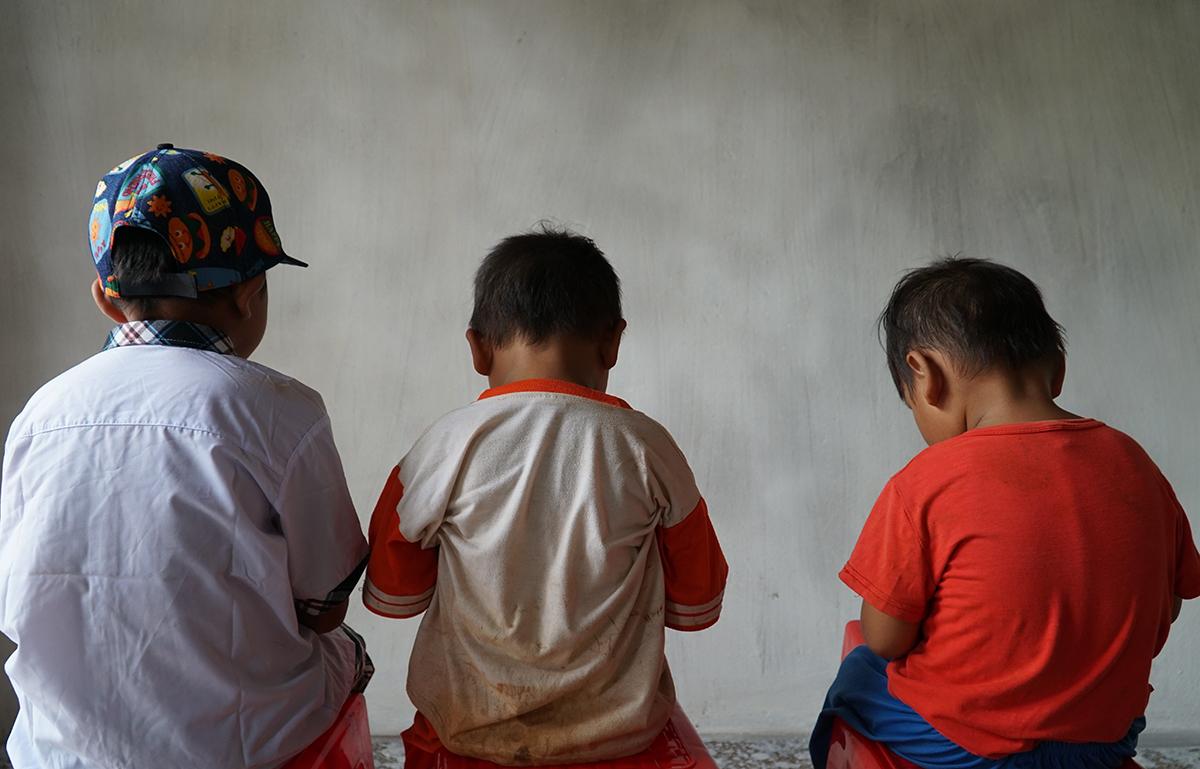 Ba đứa em của Mỹ Duyên lần lượt 8, 4 và gần 3 tuổi vừa được nhóm giúp đỡ giải cứu. Ảnh: Trường Hà.
