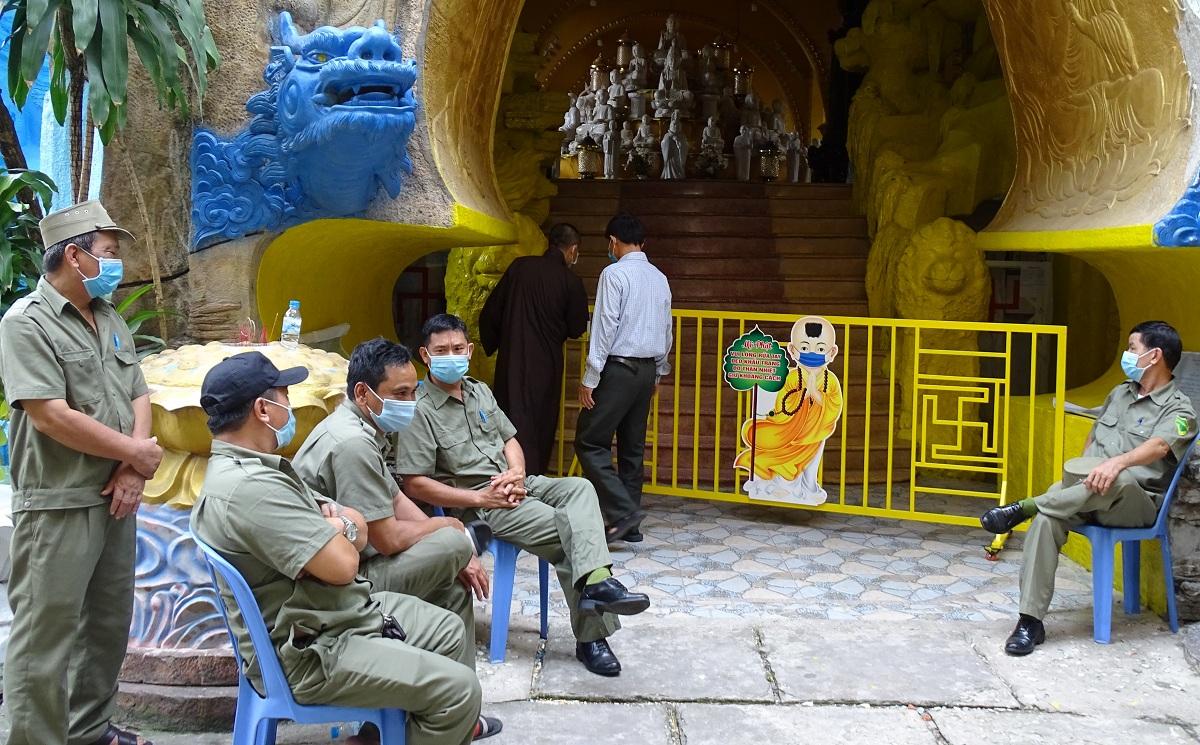 Người dân vào hầm tìm tro cốt thân nhân với sự bảo vệ của lực lượng chức năng, sáng 9/9. Ảnh: Hà An.