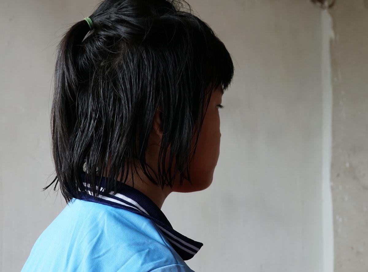 Mỹ Duyên kể lại những ngày cơ cực bị mẹ và cậu bắt đi ăn xin, trưa 8/9. Ảnh: Trường Hà.