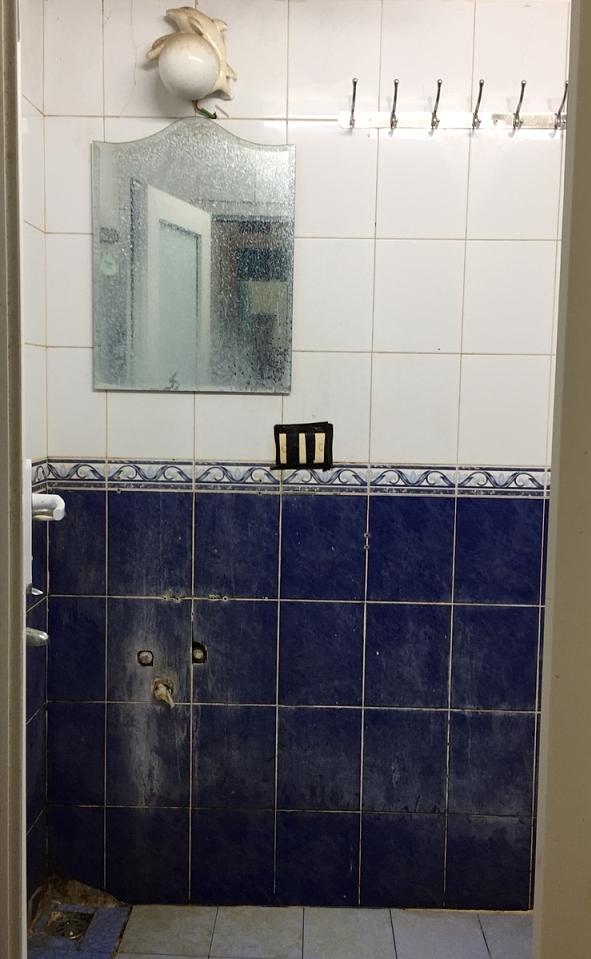 Phòng tắm gia đình đã xuống cấp sau nhiều năm sử dụng.
