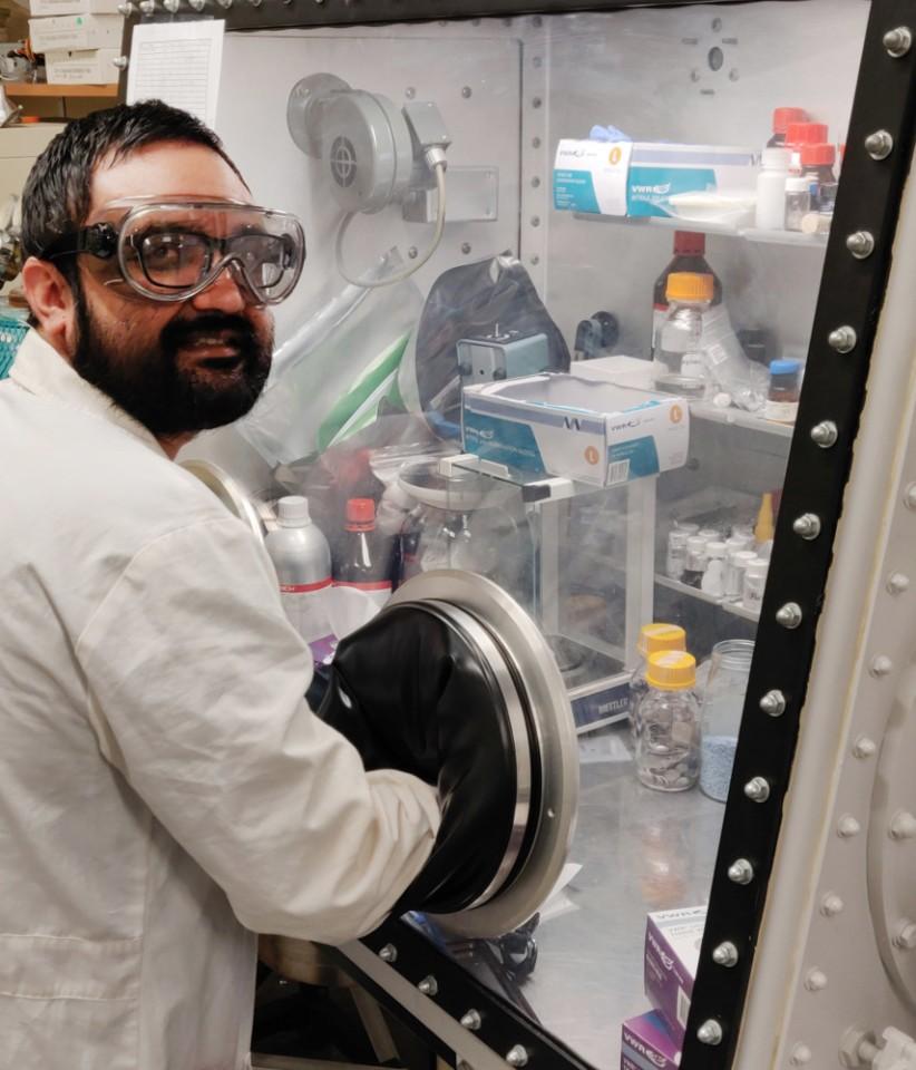 Shailendra Chiluwal, Trưởng nhóm nghiên cứu đang chế tạo pin silicon trong phòng thí nghiệm. Ảnh: Clemson University.