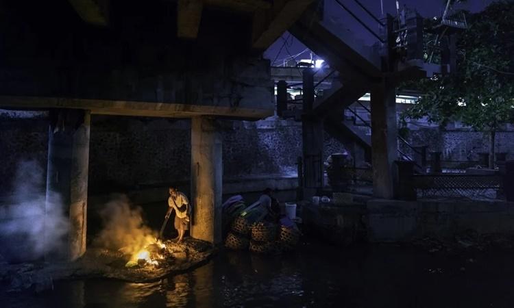 Người phụ nữ đốt rác thải gần một ngôi đền Hindu giáo ở thành phố Denpasar, đảo Bali, Indonesia. Ảnh: AFP.