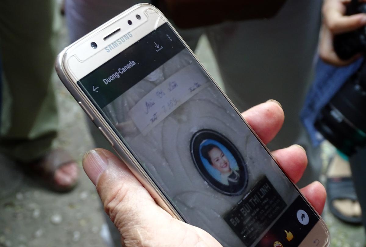 Ông Bùi Minh Dùng, 73 tuổi, tìm được hũ tro cốt của vợ nhờ bức ảnh chụp lại trước đây. Ảnh: Hà An.