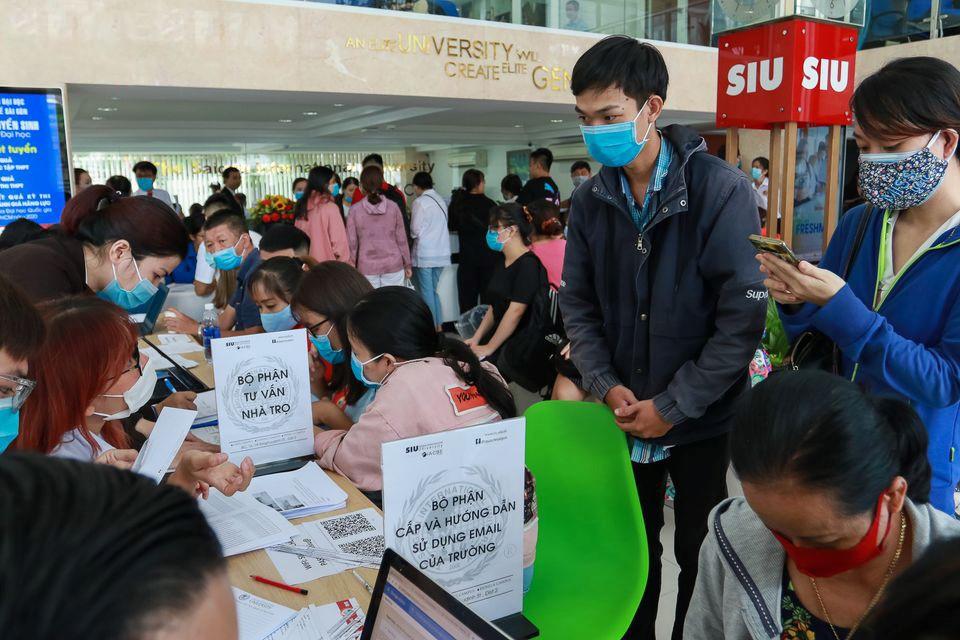 Thí sinh làm thủ tục nhập học đợt 1 tại Đại học Quốc tế Sài Gòn.