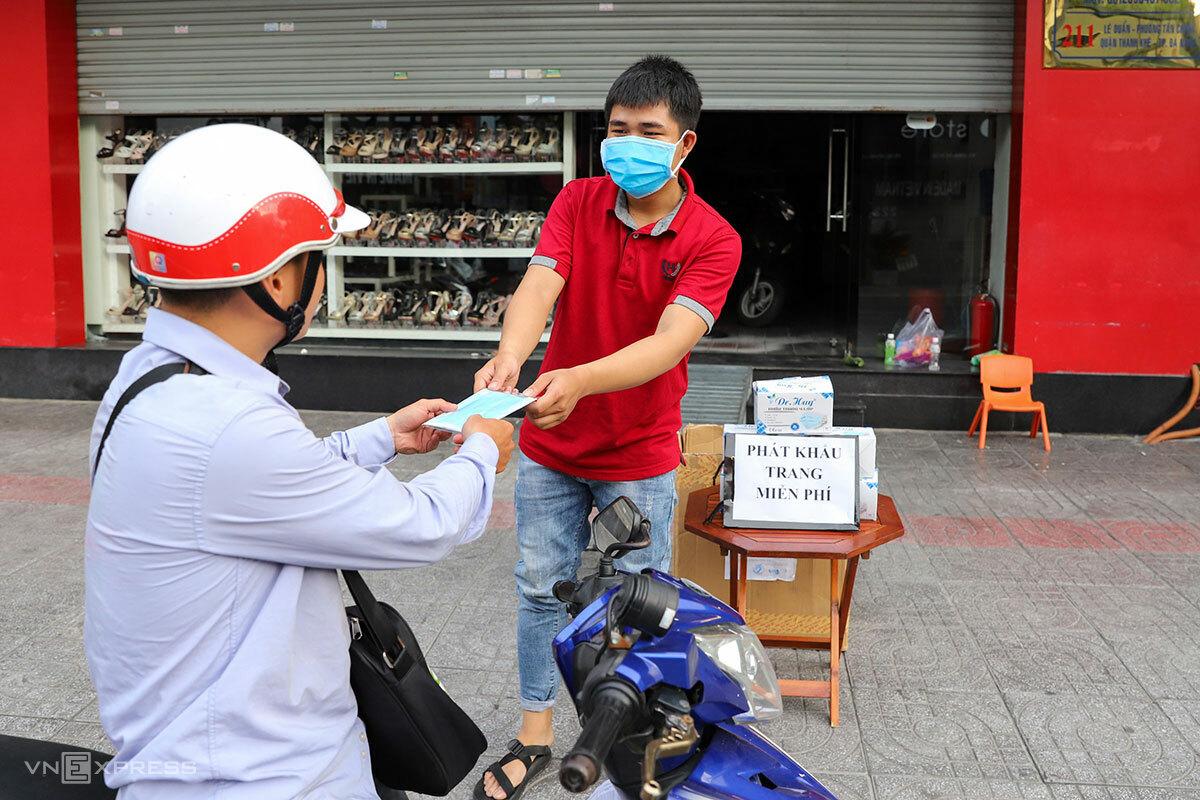 Người dân Đà Nẵng phát khẩu trang miễn phí trên vỉa hè để cộng đồng cùng nhau chống dịch Covid-19. Ảnh: Nguyễn Đông.