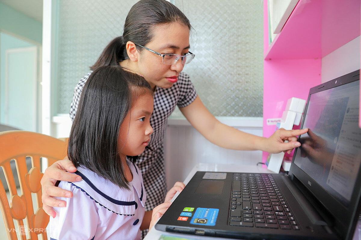 Học sinh ở Đà Nẵng phải học qua mạng sau ngày khai giảng hôm 5/9. Ảnh: Nguyễn Đông.