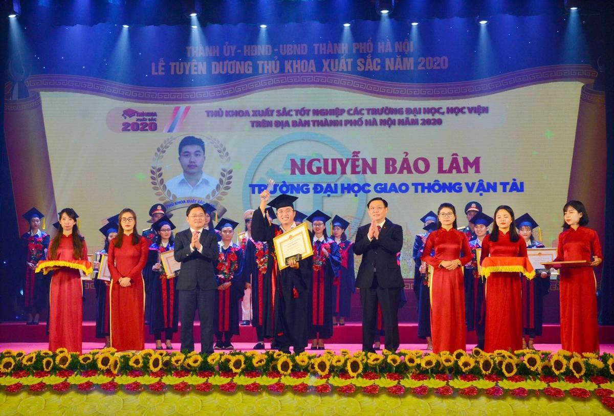 Bảo Lâm nhận bằng khen tại Lễ tuyên dương thủ khoa xuất sắc năm 2020, ngày 7/9. Ảnh: Nhân vật cung cấp