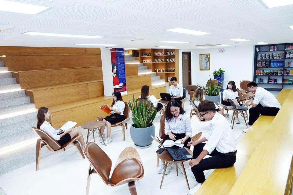 Trường có cơ sở vật chất đầy đủ phục vụ việc học và thực hành của sinh viên.