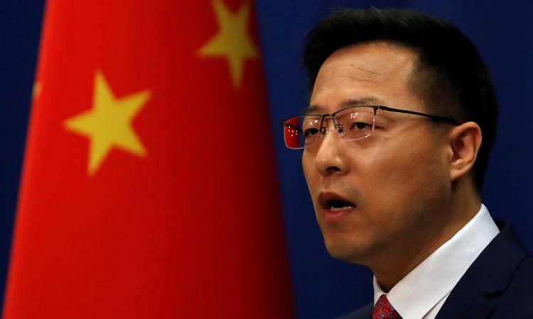 Phát ngôn viên Bộ Ngoại giao Trung Quốc Triệu Lập Kiên phát biểu trong cuộc họp báo tại Bắc Kinh hôm 8/4. Ảnh: Reuters.