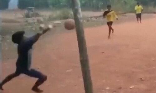 Thủ môn Trung Quốc tấu hài khi nghĩ mình là Messi - 3