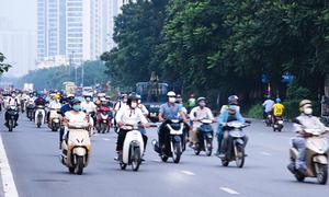 Đoàn xe ngược chiều trên đường gom Đại lộ Thăng Long