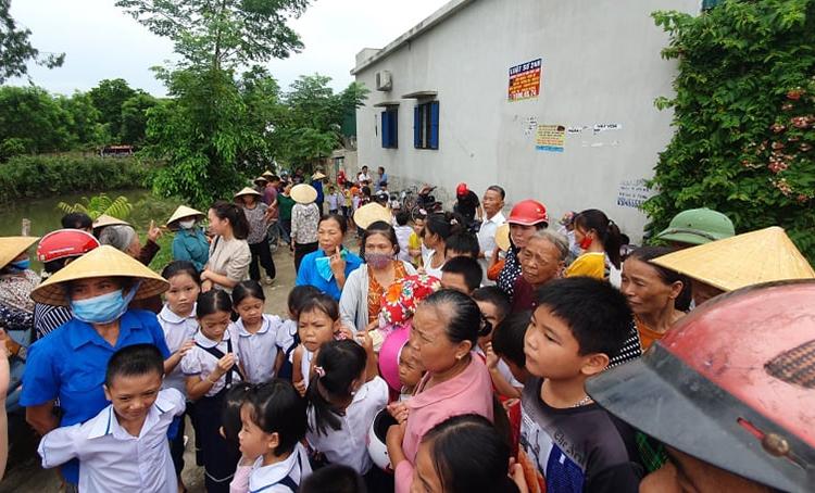 Phụ huynh ở xã Tế Tân cũ đưa con đến trường cũ song lại chở về nhà để phản đối kế hoạch sáp nhập trường. Ảnh: Lam Sơn.
