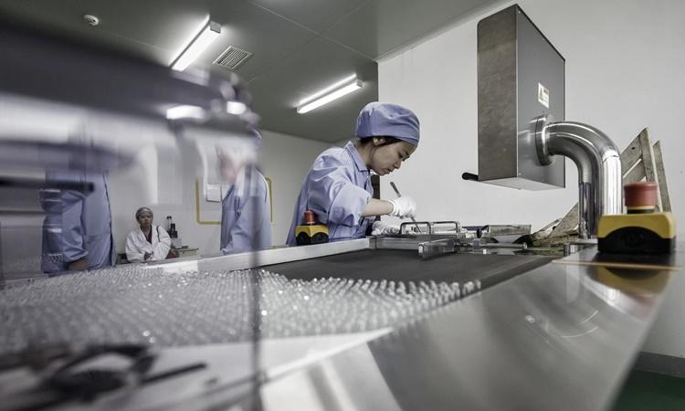 Một nhà máy sản xuất dược phẩm ở Vũ Hán. Ảnh: Bloomberg.