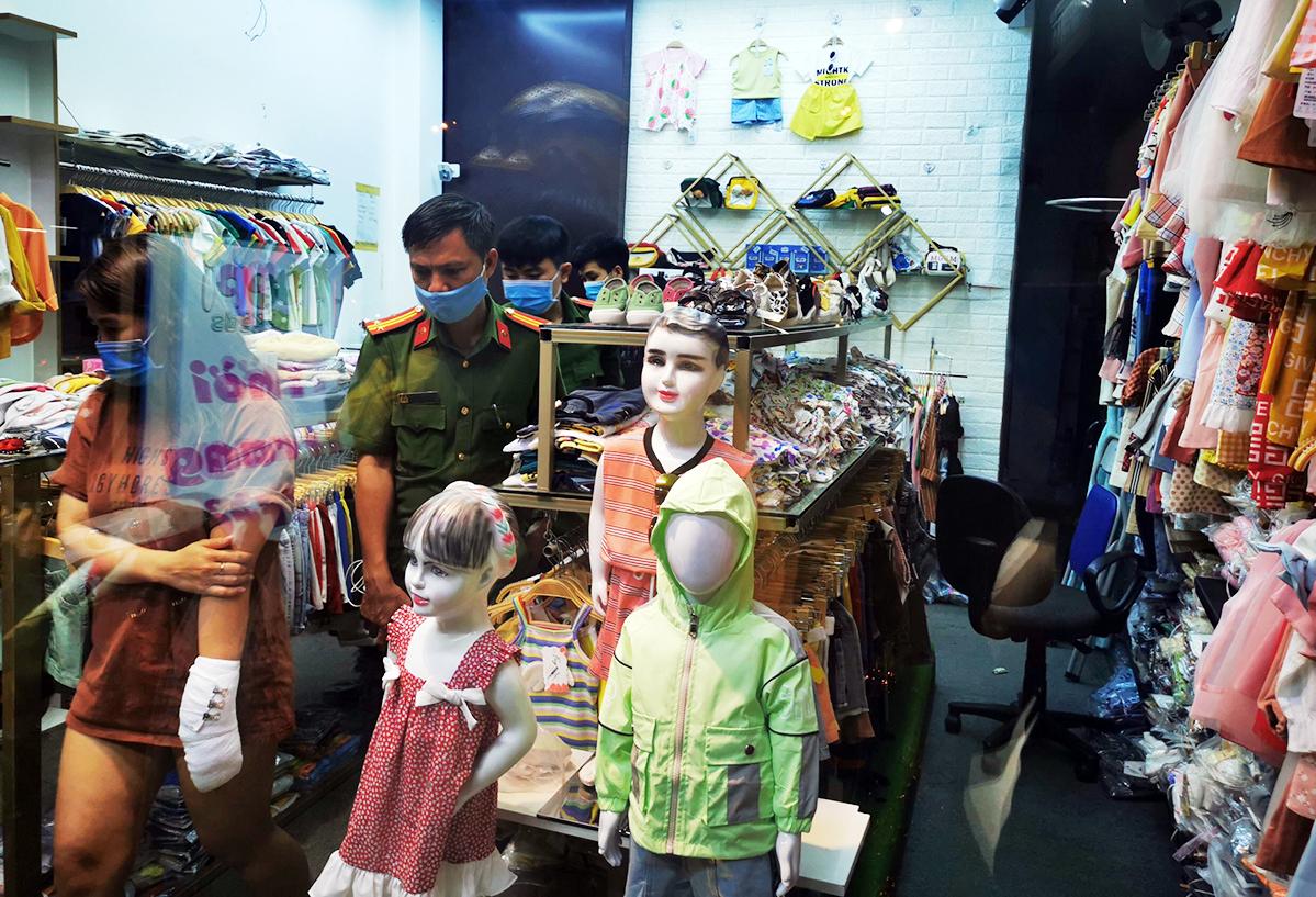 Cảnh sát trích xuất camera trong shop để truy bắt tên cướp. Ảnh: Đình Văn.