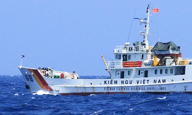 Tàu Kiểm ngư Việt Nam làm nhiệm vụ chấp pháp trên biển. Ảnh: Nguyễn Đông.