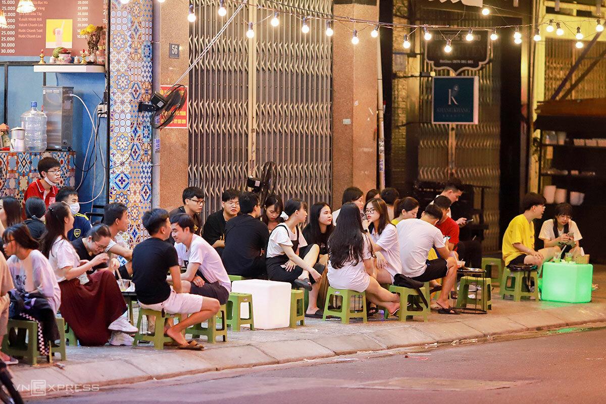 Quán trà tranh trên đường Hoàng Hoa Thám đông khách lúc 21h ngày 11/9. Ảnh: Nguyễn Đông.