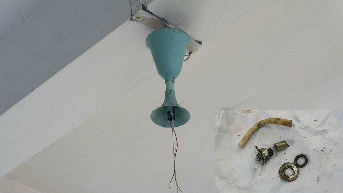 Quạt trần bị rơi và phần ốc bị vỡ tại trường Tiểu học Kim Đồng, thành phố Lào Cai. Ảnh: Q.A