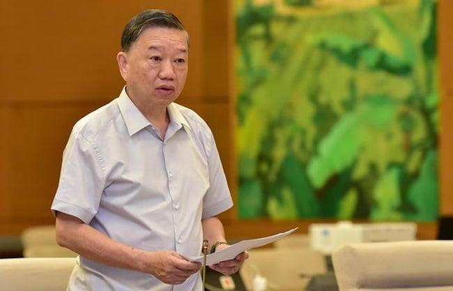 Bộ trưởng Công an Tô Lâm trình Thường vụ Quốc hội dự án Luật Lực lượng tham gia bảo vệ an ninh, trật tự cơ sở sáng 11/9. Ảnh: Hải Ninh