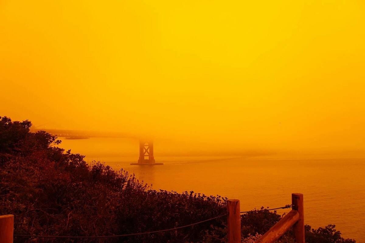 Thành phố San Francisco mờ mịt giữa bầu trời màu cam và khói mù do ảnh hưởng cháy rừng hôm 9/9. Ảnh: Trung Lê.