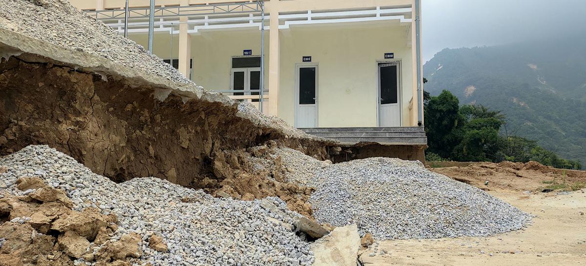 Một phần móng góc trái căn nhà tầng mới xây đã lộ thiên, hư hại. Ảnh: Lam Sơn.