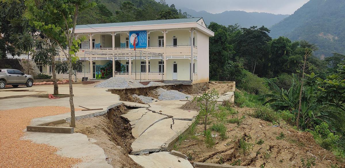 Vệt sạt lở kéo dài hàng trăm mét trong khuôn viên trường Tiểu học Nhi Sơn. Ảnh: Lam Sơn.