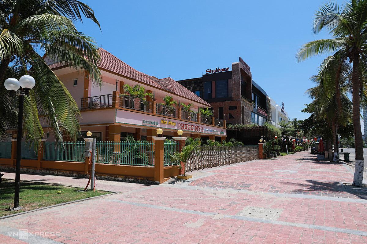 Hàng loạt nhà hàng ven biển Mỹ Khê chưa mở cửa trở lại. Ảnh: Nguyễn Đông.