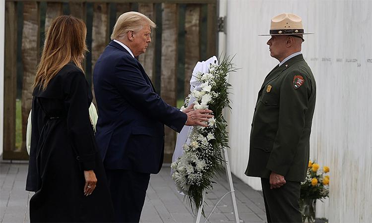 Tổng thống Mỹ Donald Trump (giữa) và Đệ nhất phu nhân Melania (trái) đặt vòng hoa tưởng niệm nạn nhân tại