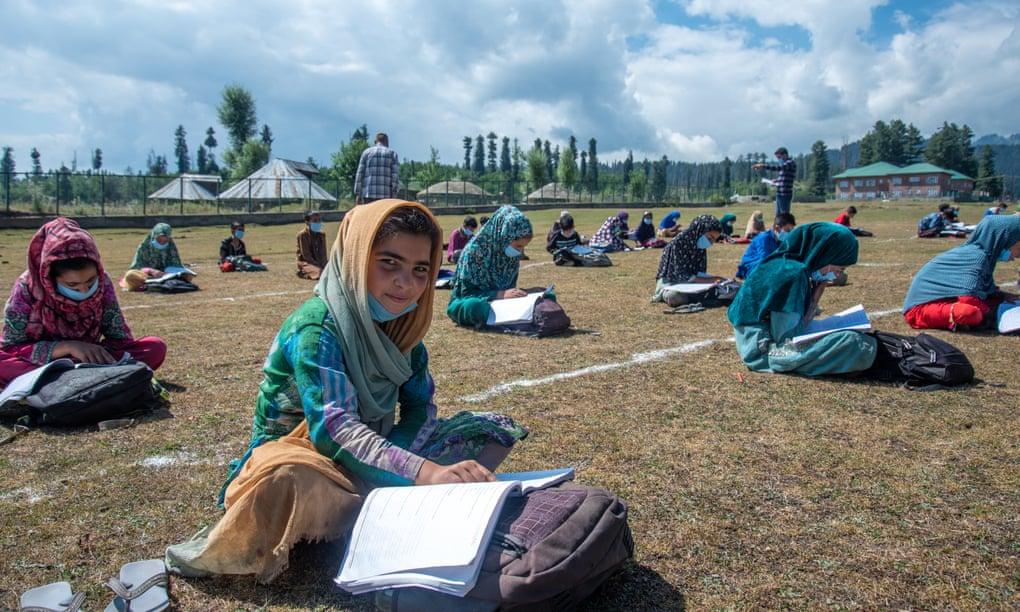 Học sinh trong các lớp học ngoài trời ở Doodpathri, thung lũng Kashmir, Ấn Độ. Ảnh: Furkan Latif Khan/The Guardian