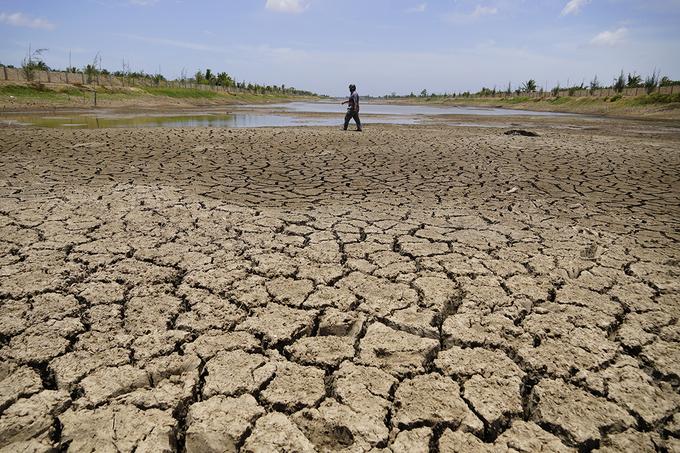 Hồ Kênh Lấp, trữ nước ngọt lớn nhất miền Tây bị khô nứt nẻ, người dân có thể đi bộ băng qua, tháng 4/2020. Ảnh: Hoàng Nam