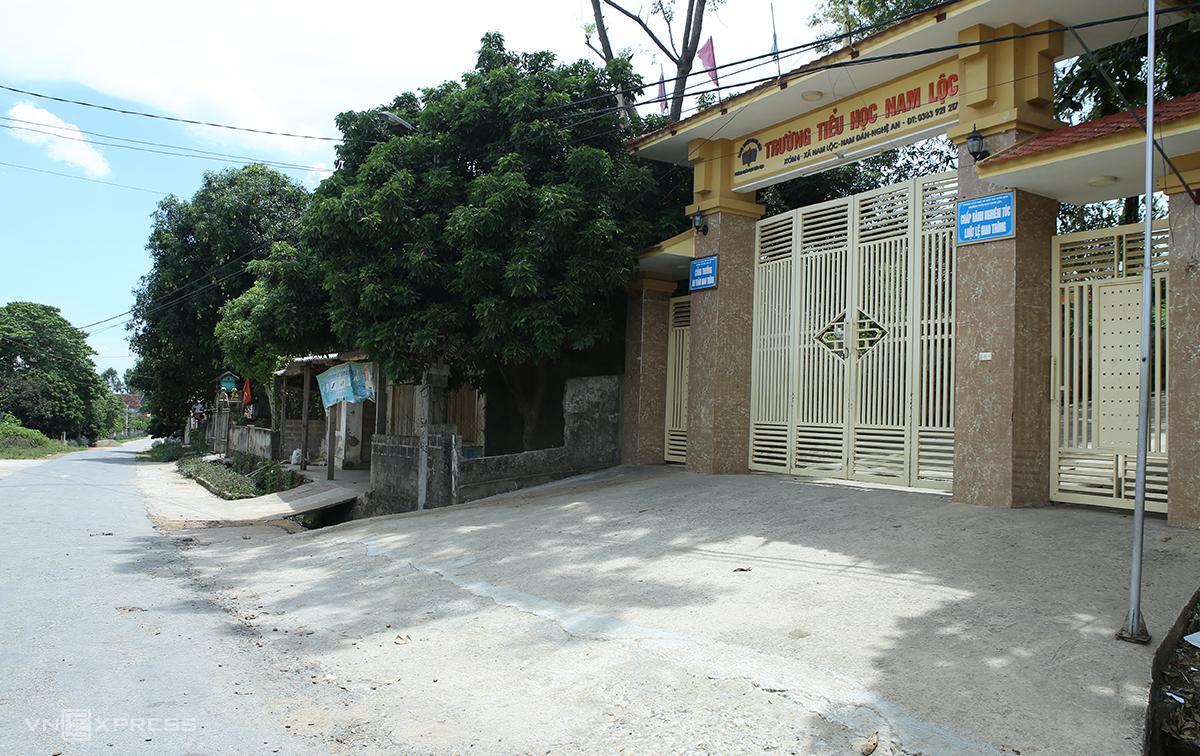 Cổng trường nơi xảy ra tai nạn. Ảnh: Nguyễn Hải.