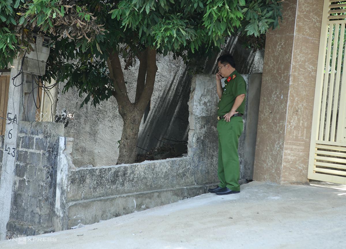 Cán bộ công an tại khu vực nơi xảy ra vụ tai nạn. Ảnh: Nguyễn Hải.