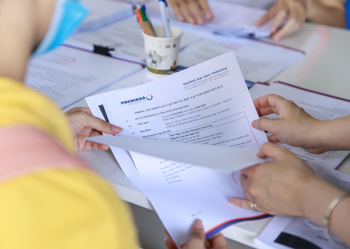 Thí sinh làm hồ sơ đăng ký dự tuyển Đại học Phenikaa.