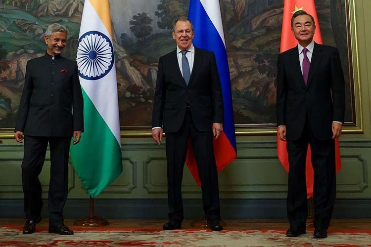 Từ trái qua phải: Ngoại trưởng Ấn Độ S. Jaishankar, Ngoại trưởng Nga Sergei Lavrov và Ngoại trưởng Trung Quốc Vương Nghị tại Moskva hôm 10/9. Ảnh: Reuters.