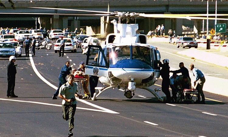 Trực thăng sơ cứu người bị thường bên ngoài Lầu Năm Góc hôm 11/9/2001. Ảnh: Reuters.