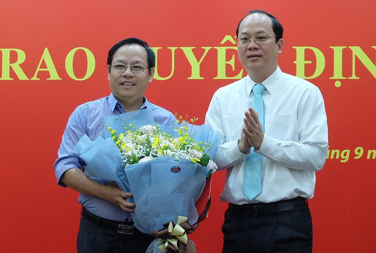 Ông Diệp Dũng (trái) nhận quyết định điều động từ Trưởng ban Tổ chức Thành ủy Hồ Hải, chiều 11/9. Ảnh: SGGP.