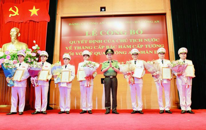 Đại tướng Tô Lâm, Bộ trưởng Công an, trao quyết định thăng hàm cấp tướng cho các sĩ quan chiều 11/9. Ảnh: VGP