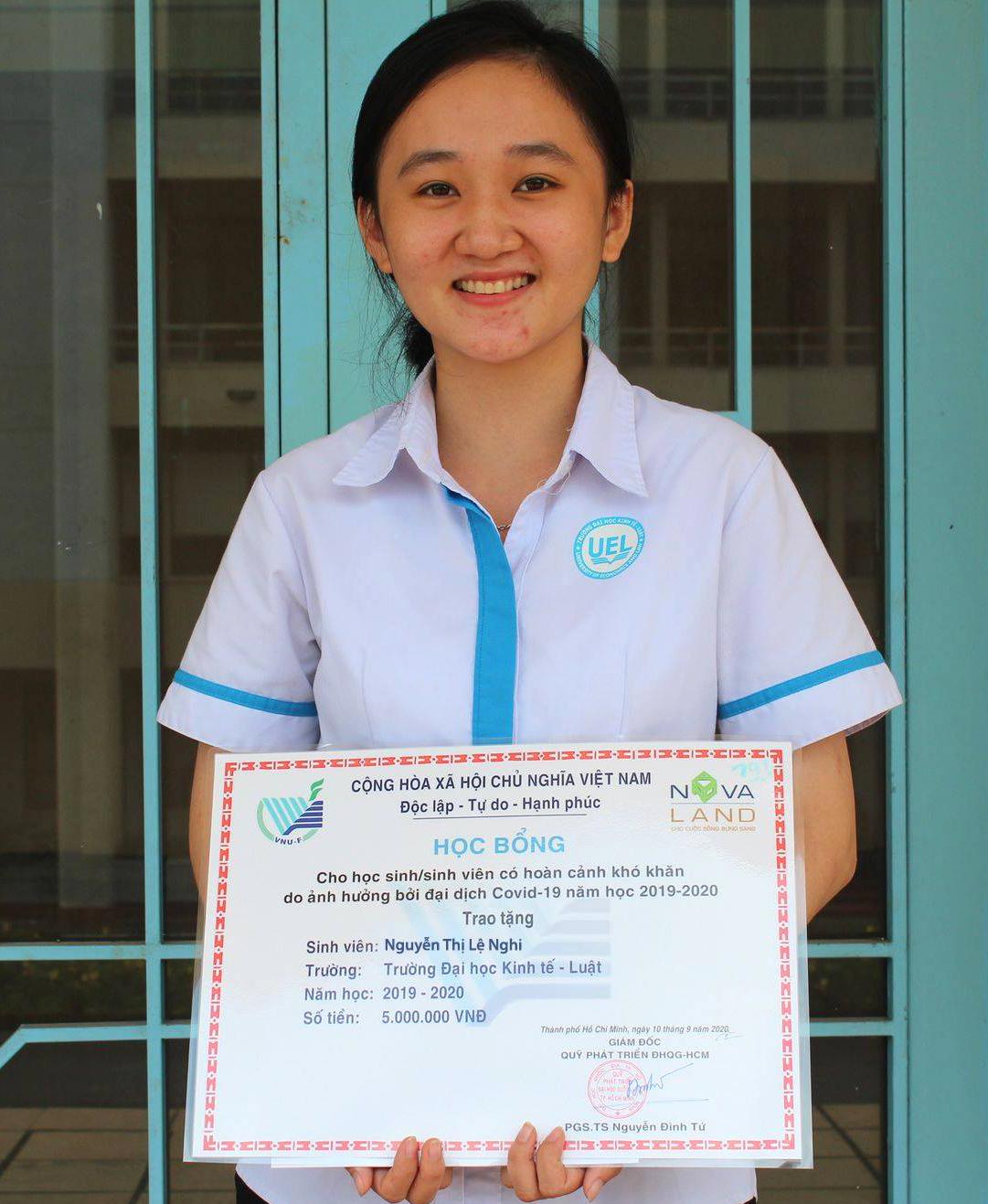 Em Lệ Nghi nhận học bổng năm triệu đồng do Tập đoàn Novaland, Hội Doanh nhân trẻ TP HCM trao tặng.