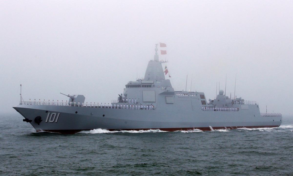 Tàu Type-055 đầu tiên của Trung Quốc duyệt binh trên biển hồi năm 2019. Ảnh: AP.