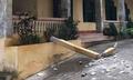 Cột bê tông trong trường học rơi trúng hai học sinh