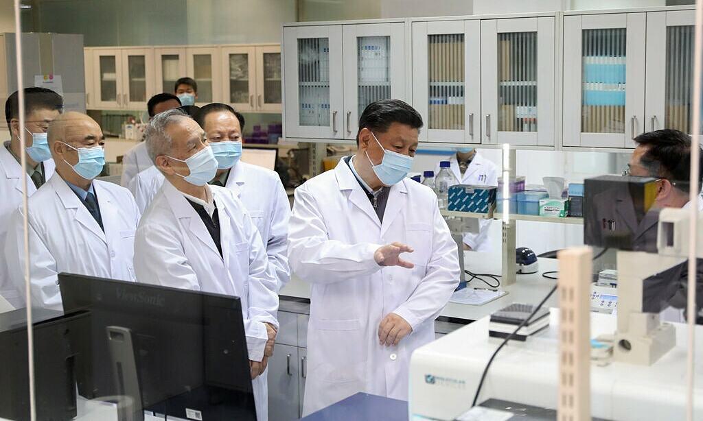 Chủ tịch Trung Quốc Tập Cận Bình thảo luận về tiến độ nghiên cứu vaccine tại Học viện Quân y ở Bắc Kinh hồi tháng ba. Ảnh: Xinhua.
