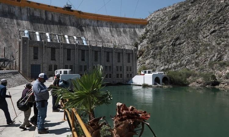 Nông dân đứng tại đập La Boquilla sau khi chiếm công trình này hôm 8/9 nhằm phản đối việc chia sẻ nước với Mỹ. Ảnh: AP.