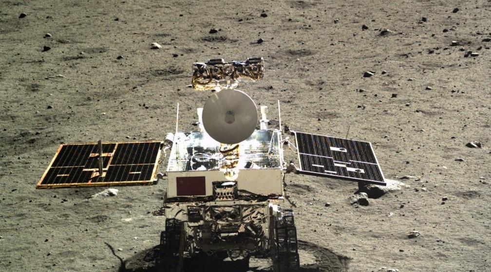 Robot thám hiểm Mạt Trăng Yutu-2 sẽ nghiên cứu hai hố va chạm. Ảnh: CNN.
