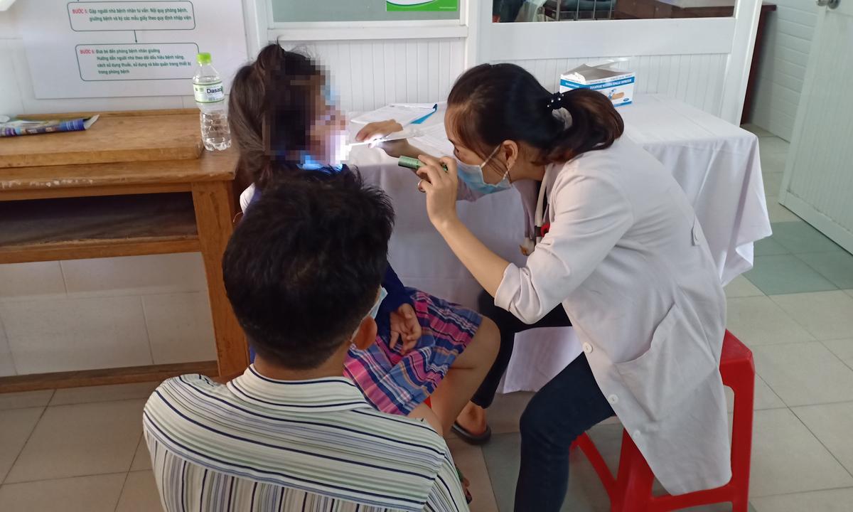 Một học sinh trường Tiểu học Bình Trưng Đông được khám bệnh tại Bệnh viện quận 2, chiều 13/9. Ảnh: Phạm