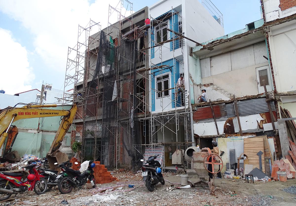 Người dân ở gần ngã tư Bảy Hiền, quận Tân Bình giao đất để xây dựng Metro số 2. Ảnh: Hà An.