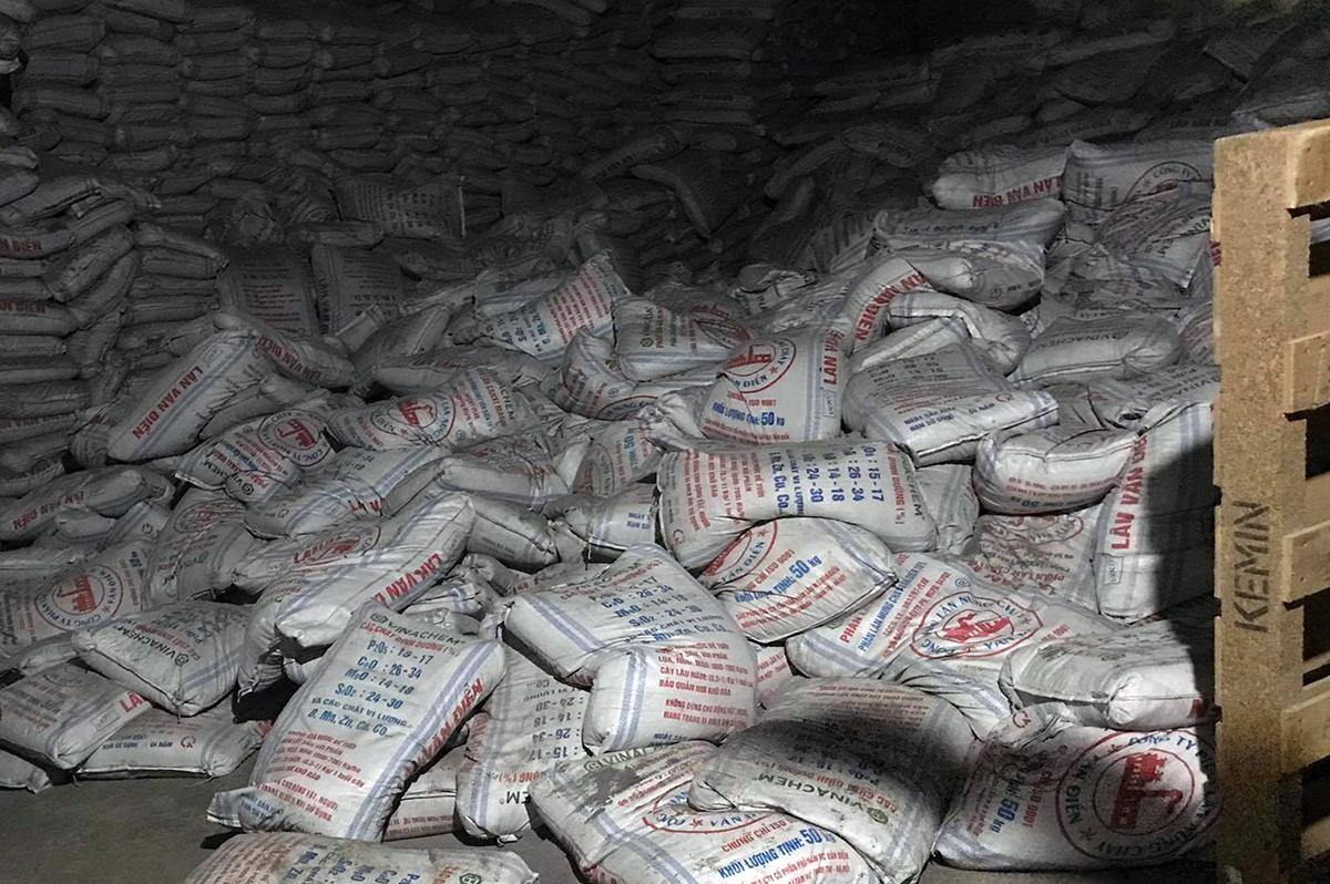 Nơi hàng trăm bao phân đổ sập trong nhà kho ga Sóng Thần. Ảnh: Thái Hà